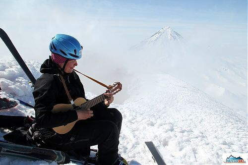 Marta při kytarovém a pěveckém vystoupení na vrcholu Avačinské