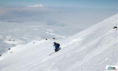 Pažout při sjezdu z Avačinské s vulkánem Županovskij na pozadí