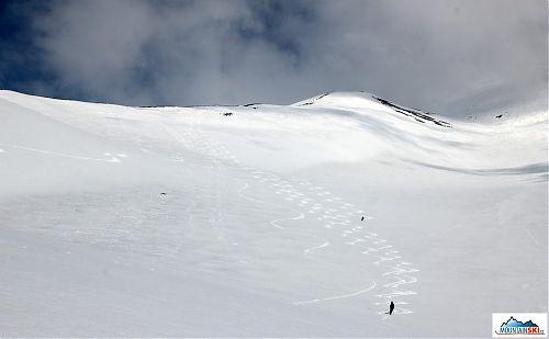 Naše lyžařské stopy v dolní části sjezdu z Avačinské - zleva dvě střední stopy z Višňového, dlouhý oblouk od Romana, poté já, Marta a úplně vpravo Katka