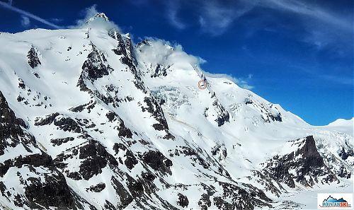 Tam hore, v červenom krúžku, je bivak rakúskeho alpského klubu
