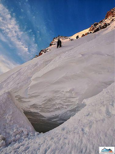 Elegantným a čistým alpským štýlom preliezame most cez trhlinu a dúfame, že to nejak prežijeme aj cestou naspäť