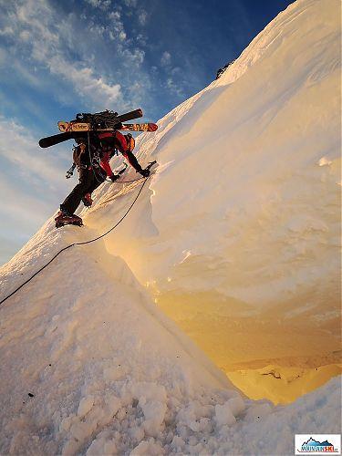 Ranné slnko, sneh a atlét Mravec v športovej polohe na nebezpečnom mieste, čo viac si môže akčný fotograf želať?