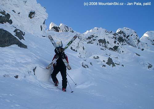 Kontrola výšky odtrhu laviny vzávěru Mlynické doliny, lyže křížem přesbatoh