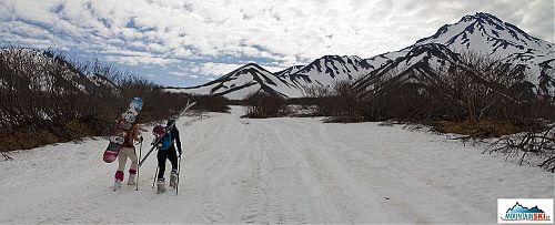 Pěší přesun k Viljučinskému s lyžemi a snowboardem na zádech
