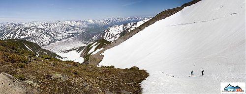 Na svazích Viljučinského už je místy tráva, ale mezitím jsou ještě hromady sněhu