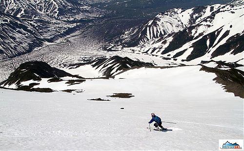 Z Viljučinského dolů kopcem na lyžích