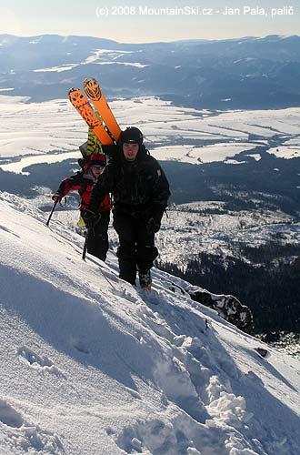 Široké lyže na batohu zezadu vedle sebe, výstup na Predné Solisko