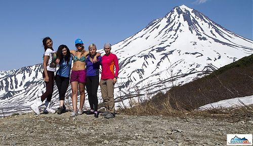 Naše pětičlenná dámská lyžařsko-snowboardová skupina z Petropavlovska-Kamčatského pod vulkánem Viljučinskij