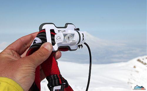 Vypnutá čelovka Silva Trail Runner na vrcholu vulkánu Korjakskij