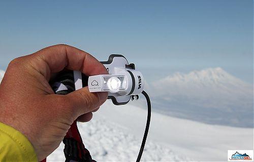 Čelovka zapnután na maximum na vrcholu Korjakského, v pozadí vulkán Zhupanovskij