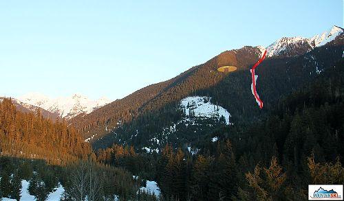 Pohled z CMH Galena lodge na náš sjezd - značený červeně, výstup byl vlevo nejprve pasekou, výše hustým lesem a ještě více přímo průsekem