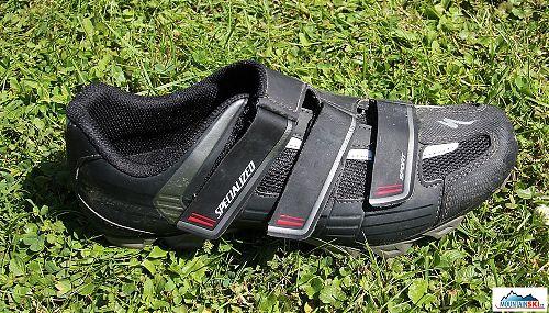 Tři pásky zapnuty, společně se svým uložením a uchycením perfektně drží nohu v botě
