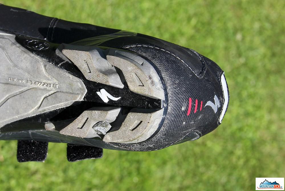 Pata podrážky Specialized Sport MTB včetně poměrně velkého kamene  zachyceného v mezeře podrážky 1a453eb659