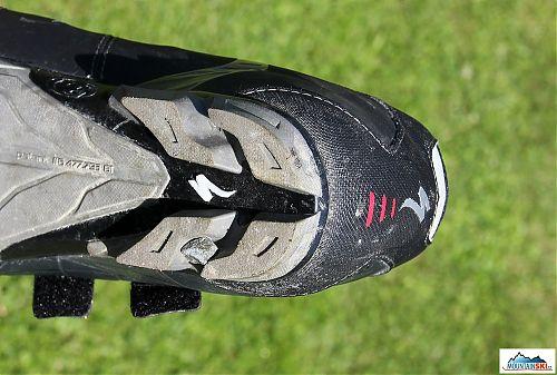 Pata podrážky Specialized Sport MTB včetně poměrně velkého kamene zachyceného v mezeře podrážky