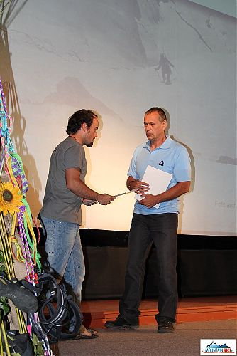 Jan Polák předává cenu Jiřímu Švihálkovi a Jakubu Mackovi za sjezd roku v kategorii skialpinismus