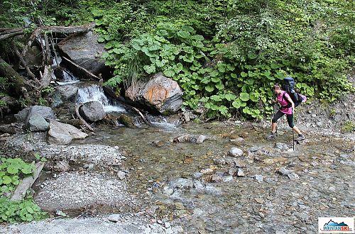 Jen tak si hopsat po kamenech přes ukrajinské potoky tekoucí přes cestu