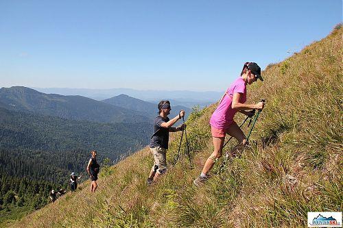 Výstup na 1733 metrů vysoký vrchol Berlebaška, na obzoru je za prvním hřebenem Rumunsko