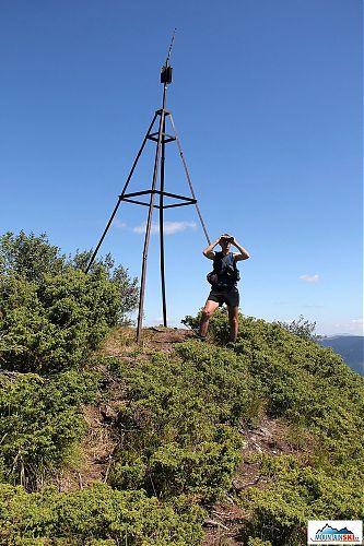 Vrchol 1780 m vysokého Petroše a Honza ve své nejtypičtější pozici s dalekohledem u očí
