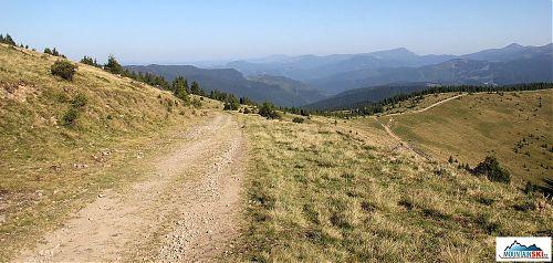 Na obzoru nejvíce vpravo Hoverla, kousek od ní doleva Petroš Černohorský