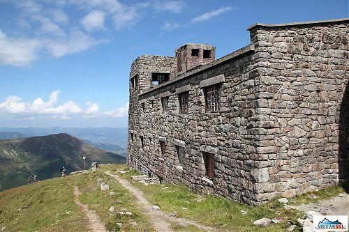 Bývalá meteostanice na vrcholu Pop Ivana Černohorského - oproti minulosti je spousta oken zazděných a hlavní budovu zakrývá nová střecha