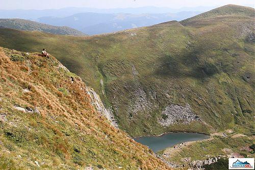 Výhled na horské pleso Brebeneskul ze svahů 2018 m vysokého vrcholu Hutyn-Tomnatyk