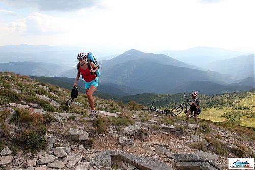 Tato slečna si na několikrát táhla natěžko naložené kolo na vrchol Hoverly