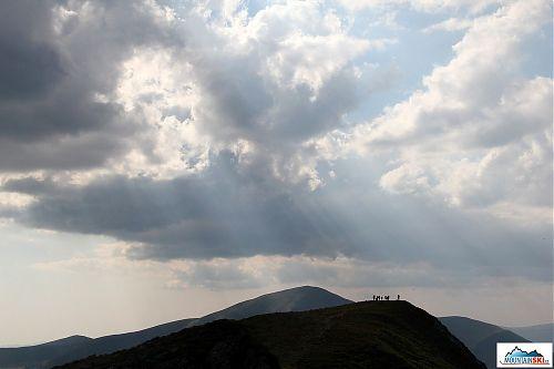 Pod Hoverlou - na pozadí 2020 m vysoký Petroš
