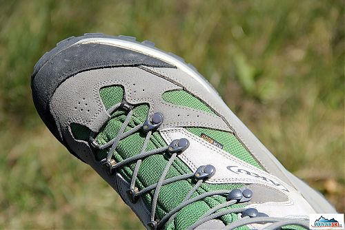 Nenápadné vychytávky, které velmi potěší - dotažení nebo povolení tkaniček je velmi snadné díky otáčivým rolnám na nártu boty AKU Tanslapina GTX 342