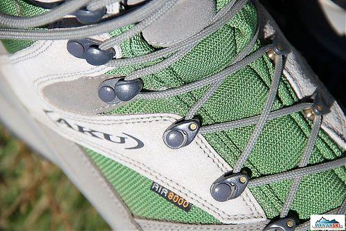 Detail otáčivých rolen a klasických háčků na dotažení tkaniček kolem holeně