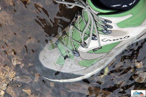 Průchody vodními toky a stojatou vodou nedělají botám AKU Transalpina GTX 342 žádný problém