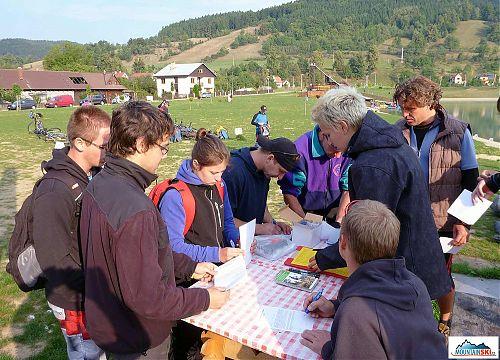 Registrace účastníků horolezeckého triatlonu - před devátou ráno ještě nebylo moc teplo