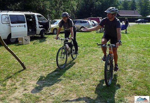 Uzavírací dvojice pořadatelů zakončuje cyklistickou část - Hřibka a Mesner