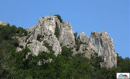 Jeden z křížů vypínajících se nad hlubokým kaňonem Matka