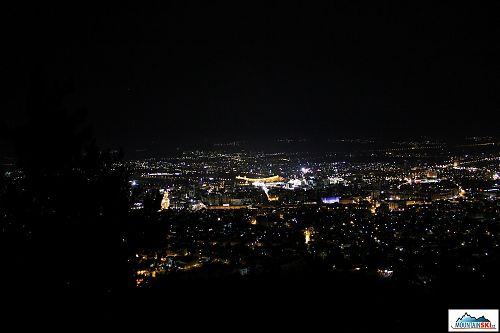 Noční Skopje z nadhledu - nejvíce svítící je hlavní náměstí
