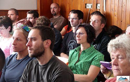 Jana Kubalová pozorně sleduje prezentovaná témata v přeplněném sále, na místo se přihlásilo ještě hodně přes dvacet dalších účastníků