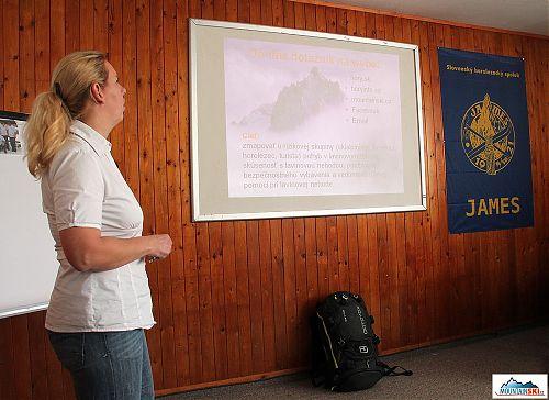 Iva Sikulová představuje výsledky svého dotazníkové šetření ohledně chování v lavinovém terénu a při lavině, v popředí nový lavinový batoh Ortovox se systémem ABS