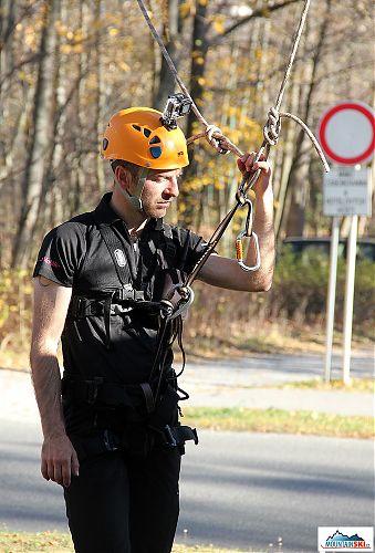Připraven k záchraně paraglidisty ze stromu