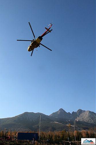 Vzlet nákladního vrtulníku ke snesení dalšího kusu zrušené lanovky