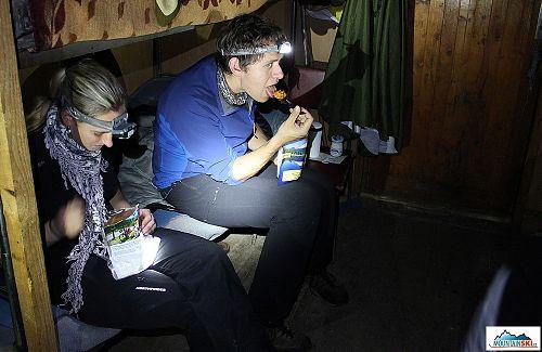 Po vysilujícím zkoušení různých čelovek přišly vhod jídla Mountain House a Travellunch