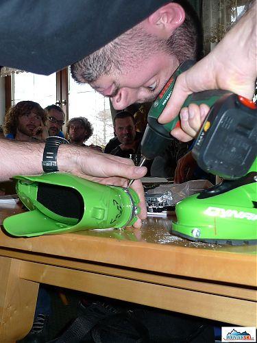 Manuel navrtává kování patky do boty