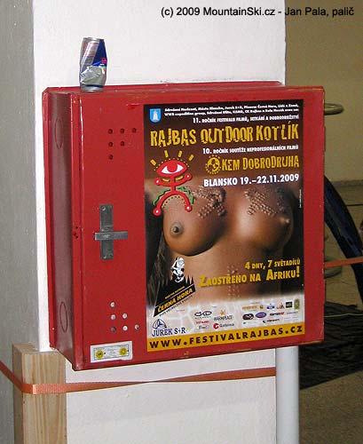 Redbull a africká ňadra na požární krabici