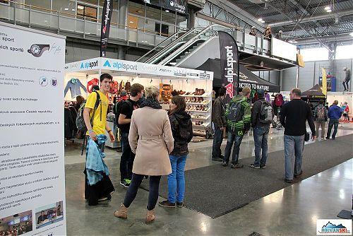 Příborský Alpisport měl ve svém stánku kromě vlastního oblečení i ucelenou kolekci bot Aku a teleskopických holí Fizan