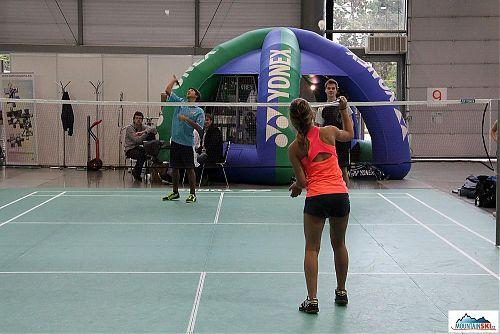 Ve výstavní hale předváděli brněnští vysokoškoláci různé sporty, mezi jinými i badminton