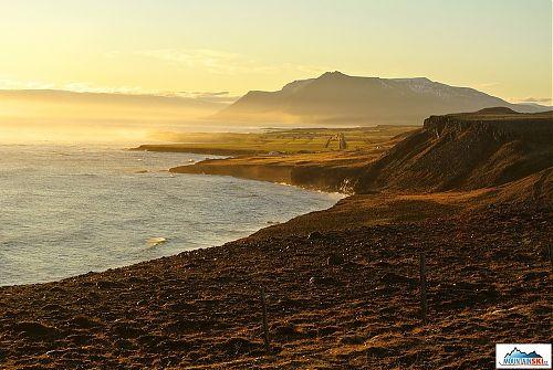 Ranním sluncem zalité pobřeží poloostrova Skaga