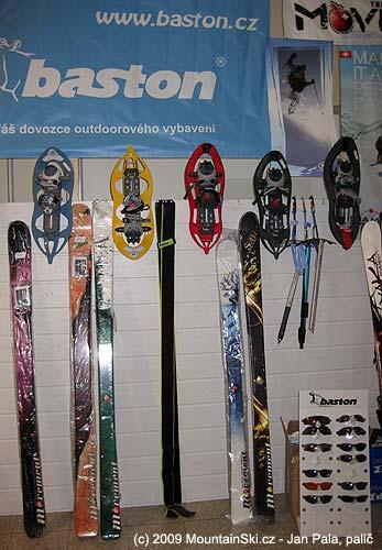 Pouze na stánku Baston byla komplet skialpová výbava
