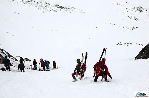 Lyže se na batohu obvykle nosí do kopce, aneb plýtvání výborným terénem a fantastickými sněhovými podmínkami
