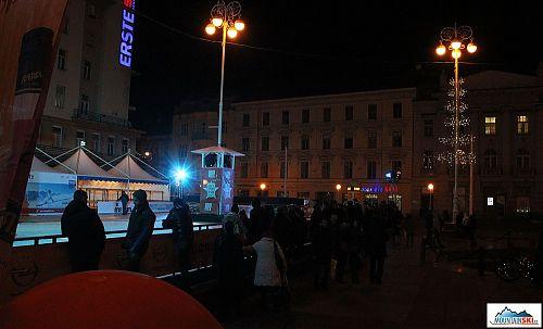 Jedna z atrakcí Adventu u Zagrebu - kluziště na hlavním náměstí