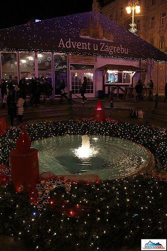 Advent u Zagrebu - prosinec a fontána funguje, jako kdyby bylo léto