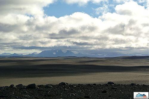 Štěrková pustina se vzdáleným ledovcem Hofsjökull