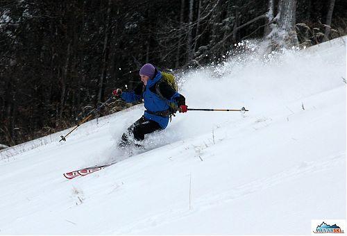 Pavel jede a sníh létá vzduchem až nad něj